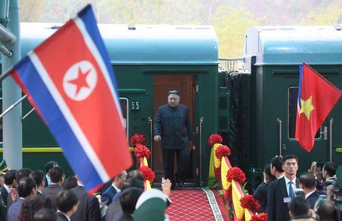 Trưởng nhóm nhạc Triều Tiên xuất hiện trên chuyến tàu chở ông Kim Jong Un tới Hà Nội - Ảnh 1