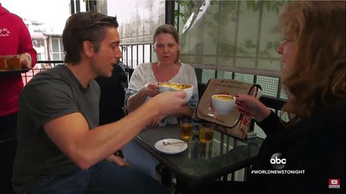Video: Cà phê trứng, phở bò Hà Nội lên sóng truyền hình Mỹ - Ảnh 1