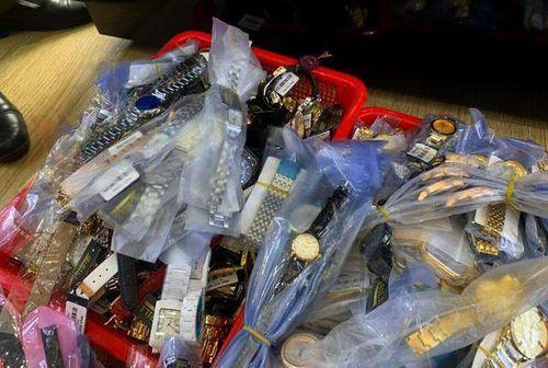 Kiểm tra 5 cửa hàng ở Nha Trang, tịch thu hơn 3.000 đồng hồ Rolex, Patek Philippe... giả - Ảnh 1