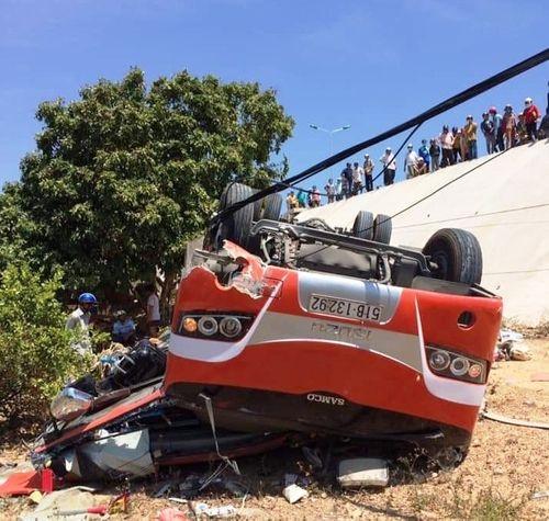 Tin tai nạn giao thông mới nhất ngày 10/3/2019: Xe chở du khách Hàn Quốc lao xuống vực, tài xế tử vong - Ảnh 1