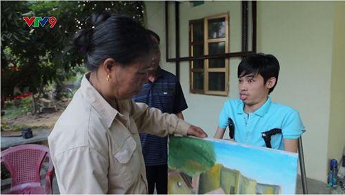 Chàng trai khuyết tật 15 năm chống nạng vẽ tranh - Ảnh 8
