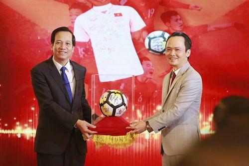 Thủ tướng trao 20 tỷ đồng đấu giá bóng và áo của U23 Việt Nam từ FLC cho 20 huyện nghèo trên cả nước - Ảnh 1