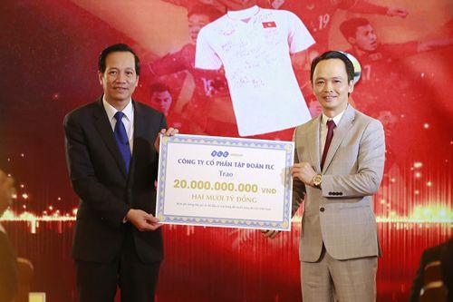 Thủ tướng trao 20 tỷ đồng đấu giá bóng và áo của U23 Việt Nam từ FLC cho 20 huyện nghèo trên cả nước - Ảnh 2