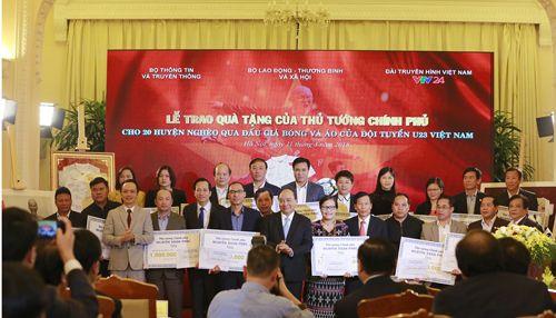 Thủ tướng trao 20 tỷ đồng đấu giá bóng và áo của U23 Việt Nam từ FLC cho 20 huyện nghèo trên cả nước - Ảnh 3
