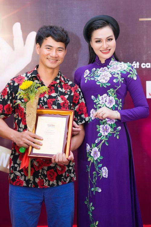 Nữ Hoàng Trần Huyền Nhung lộng lẫy nhận cúp vàng trong lễ vinh danh doanh nhân nhân ái - Ảnh 10