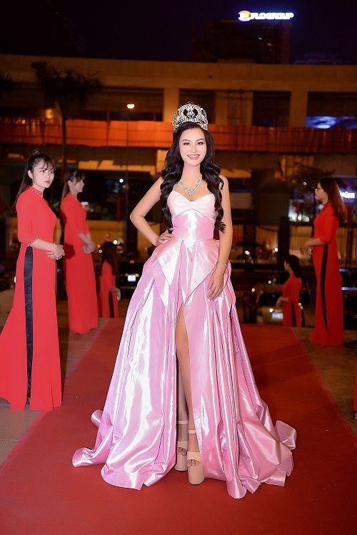 Nữ Hoàng Trần Huyền Nhung lộng lẫy nhận cúp vàng trong lễ vinh danh doanh nhân nhân ái - Ảnh 2