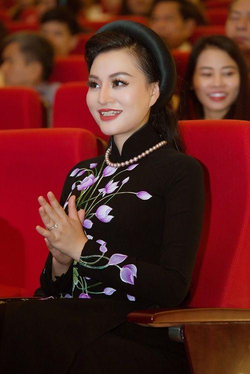 Nữ Hoàng Trần Huyền Nhung lộng lẫy nhận cúp vàng trong lễ vinh danh doanh nhân nhân ái - Ảnh 4