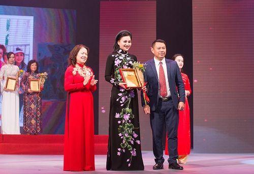Nữ Hoàng Trần Huyền Nhung lộng lẫy nhận cúp vàng trong lễ vinh danh doanh nhân nhân ái - Ảnh 5