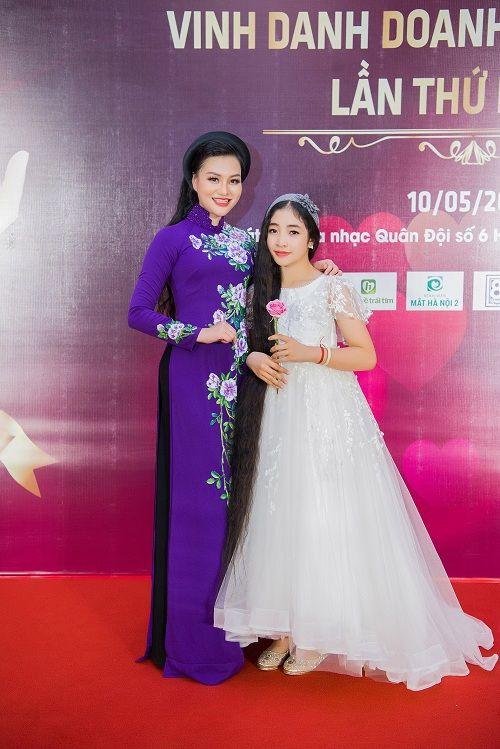 Nữ Hoàng Trần Huyền Nhung lộng lẫy nhận cúp vàng trong lễ vinh danh doanh nhân nhân ái - Ảnh 8