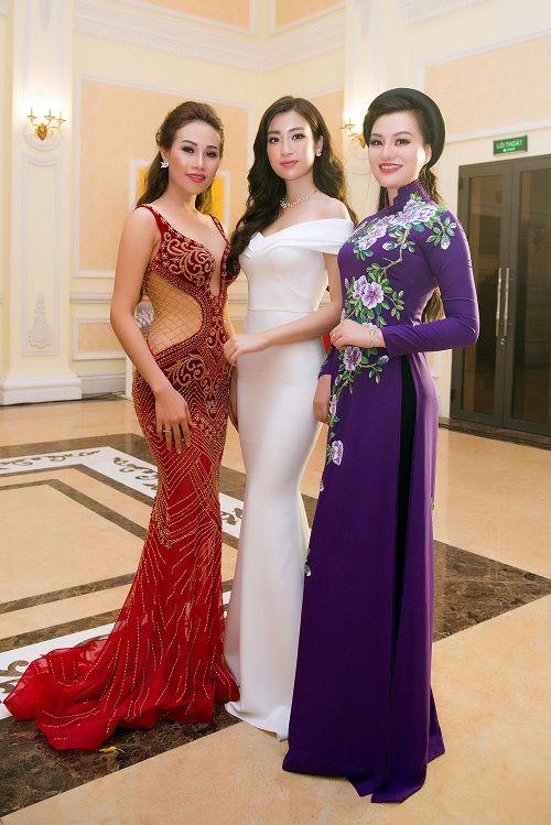 Nữ Hoàng Trần Huyền Nhung lộng lẫy nhận cúp vàng trong lễ vinh danh doanh nhân nhân ái - Ảnh 9