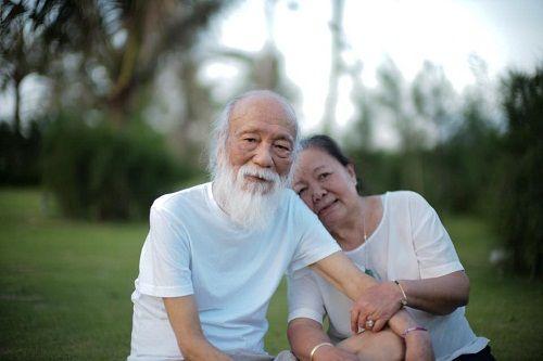 Xúc động hình ảnh thầy Văn Như Cương ôm vợ trước khi vĩnh biệt cõi đời - Ảnh 2