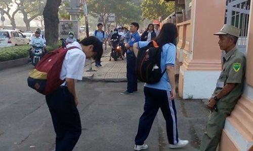 Chuyện chưa kể về bác bảo vệ học sinh chuyên Lê Hồng Phong cúi đầu chào mỗi ngày: Hiệp sỹ 21 lần bắt cướp - Ảnh 1