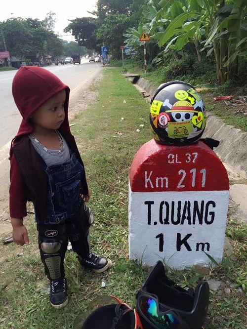 Bà mẹ 9X dẫn con trai đi phượt ở Tuyên Quang để thực hiện ước mơ xem lễ hội lồng đèn 3