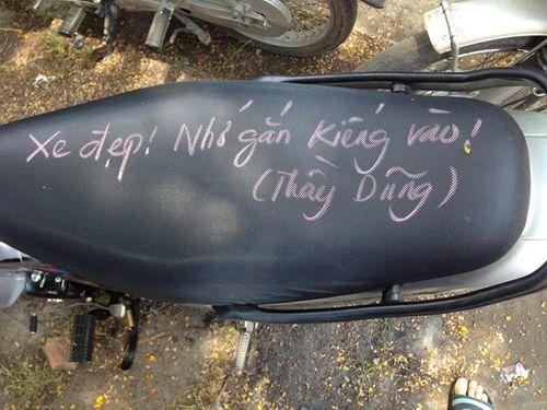 Thầy giáo viết chữ kín yên xe học sinh để… nhắc nhở luật giao thông  - Ảnh 5