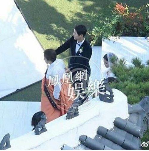 Xúc động khoảnh khắc mẹ Song Hye Kyo vừa khóc vừa ôm con rể Song Joong Ki dặn dò - Ảnh 2