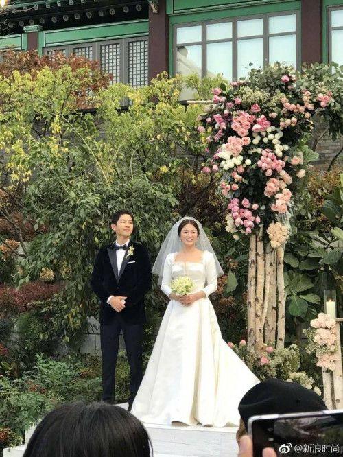 Cô dâu Song Hye Kyo chuếnh choáng vì rượu, khiêu vũ tưng bừng bên chú rể Song Joong Ki  - Ảnh 2