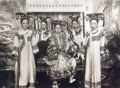 Hoàng hậu Việt Nam lọt tốp mỹ nhân hoàng gia xinh đẹp nhất thế giới - Ảnh 11