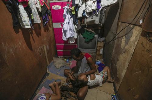 Bức ảnh người cha nghèo nhìn 2 con gái say sưa ăn gà rán gây sốt dân mạng - Ảnh 3