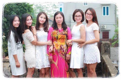 Dân mạng ngưỡng mộ gia đình có 5 cô gái xinh đẹp thiếu vắng cha từ bé - Ảnh 1