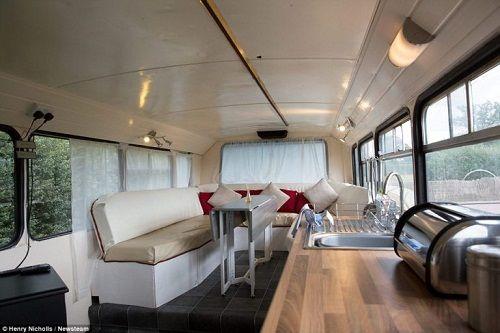 Độc đáo ngôi nhà sang trọng và tiện nghi trên chiếc xe buýt hai tầng - Ảnh 3