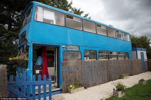 Độc đáo ngôi nhà sang trọng và tiện nghi trên chiếc xe buýt hai tầng - Ảnh 2