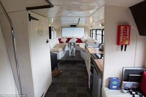 Độc đáo ngôi nhà sang trọng và tiện nghi trên chiếc xe buýt hai tầng - Ảnh 7