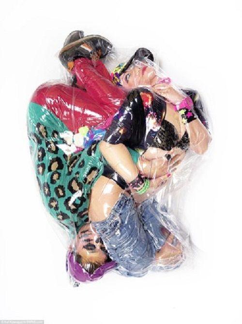 Bộ ảnh cưới độc - lạ và mạo hiểm của cặp đôi ôm nhau trong túi ni lông rút hết oxy - Ảnh 3
