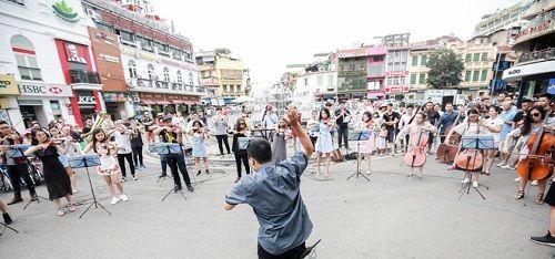 Sau 6 năm yêu nhau, chàng trai cầu hôn bạn gái ở phố đi bộ cùng sự giúp sức của hơn 70 nghệ sĩ - Ảnh 3