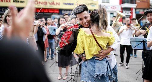 Sau 6 năm yêu nhau, chàng trai cầu hôn bạn gái ở phố đi bộ cùng sự giúp sức của hơn 70 nghệ sĩ - Ảnh 6