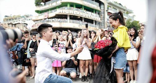 Sau 6 năm yêu nhau, chàng trai cầu hôn bạn gái ở phố đi bộ cùng sự giúp sức của hơn 70 nghệ sĩ - Ảnh 7