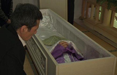 '. Bài học chữ hiếu và câu chuyện về cậu con trai út trong đám tang mẹ .'