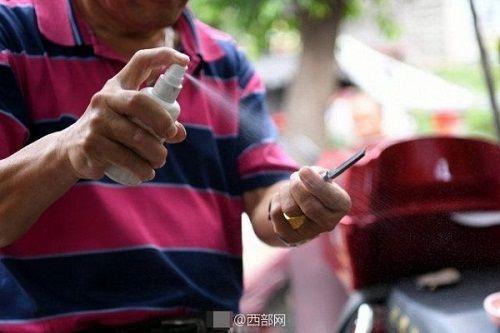 Kinh hãi người đàn ông dùng dao cạo làm sạch mắt cho khách - Ảnh 2