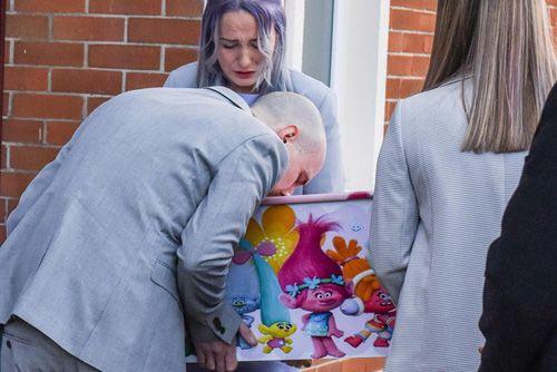Bố mẹ lặng lẽ khiêng quan tài con mà rỏ lệ: Câu chuyện xúc động sau cái chết của cô bé 4 tuổi - Ảnh 4