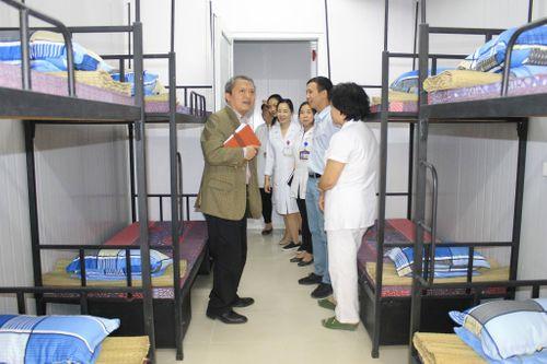 GS.TS Lê Ngọc Thành - Giám đốc Bệnh viện E: Trái tim đau nhói thấy người nhà bệnh nhân nằm gầm cầu thang  - Ảnh 1