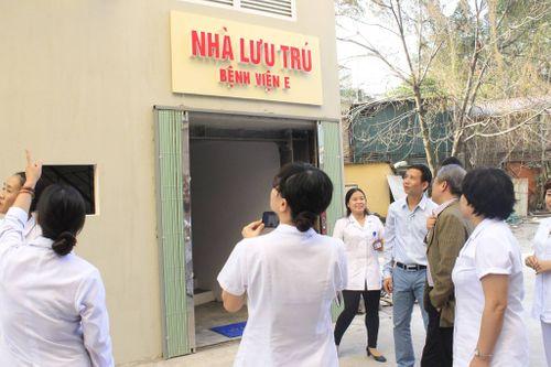 GS.TS Lê Ngọc Thành - Giám đốc Bệnh viện E: Trái tim đau nhói thấy người nhà bệnh nhân nằm gầm cầu thang  - Ảnh 2