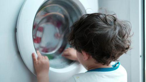 Chui trong máy giặt sấy, đau xót bé trai tử vong - Ảnh 1