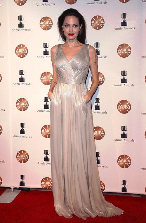 Angelina Jolie gầy gò đến nhận giải Phim hoạt hình xuất sắc  - Ảnh 1