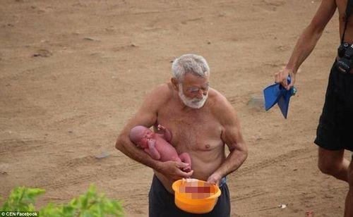 Bà mẹ đẻ con ngay khi đang bơi trên biển - Ảnh 3
