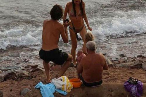 Bà mẹ đẻ con ngay khi đang bơi trên biển - Ảnh 2