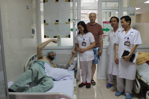 Thầy giáo Tây dạy tiếng Anh tình nguyện bị chấn thương sọ não nằm ven đường được cứu - Ảnh 1