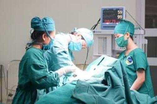 Bác sĩ giật mình thấy khối u khổng lồ trong bụng bệnh nhân - Ảnh 1