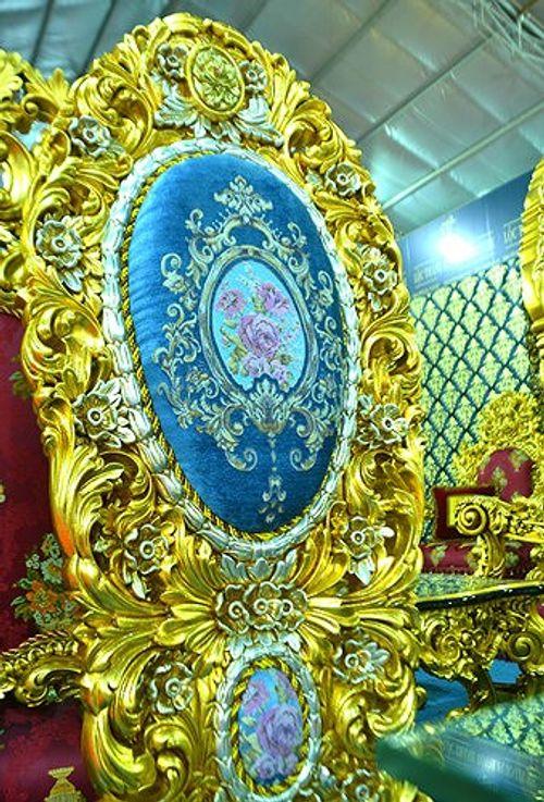"""""""Hoa mắt"""" vì ngắm bộ bàn ăn dát vàng giá gần nửa tỷ đồng  - Ảnh 2"""