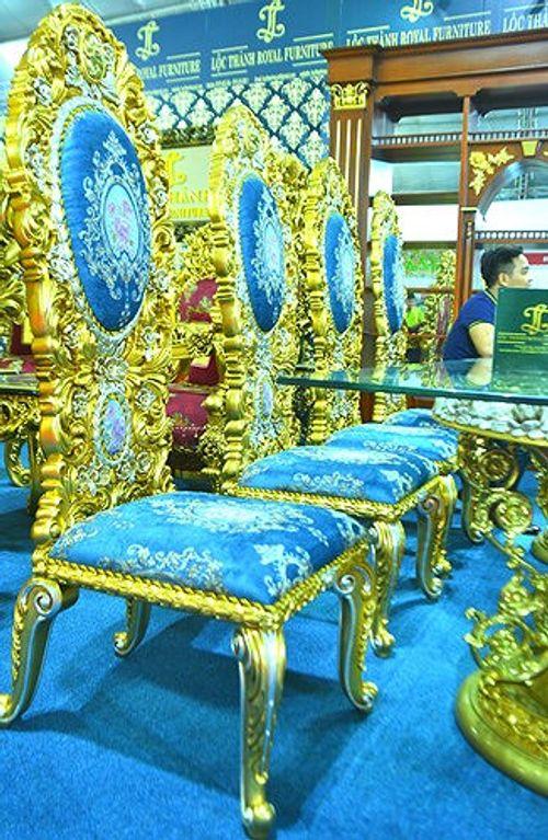 """""""Hoa mắt"""" vì ngắm bộ bàn ăn dát vàng giá gần nửa tỷ đồng  - Ảnh 1"""