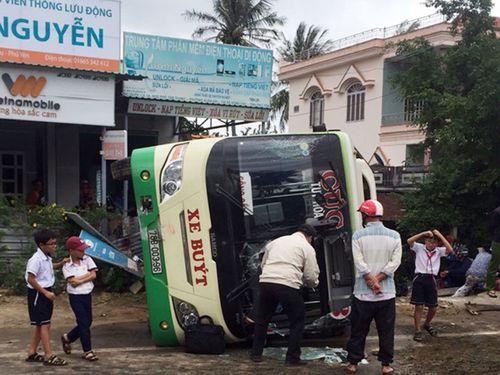Xe buýt lật nhào khiến 3 người bị thương - Ảnh 1