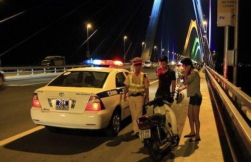 Sau chiến thắng của U23 Việt Nam, cảnh sát thức trắng đêm chống đua xe - Ảnh 3