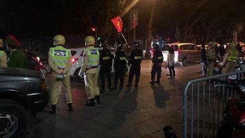 Sau chiến thắng của U23 Việt Nam, cảnh sát thức trắng đêm chống đua xe - Ảnh 2