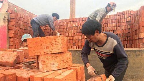 Nhà máy trả lương cho công nhân bằng gần 300.000 viên gạch  - Ảnh 1