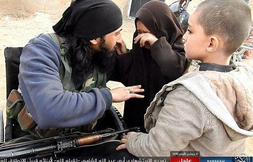 Chiến binh IS cụt chân tạm biệt con gái rồi lái xe bom lao vào quân đội Syria - Ảnh 1