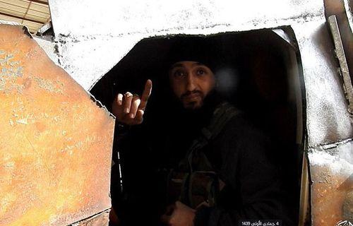 Chiến binh IS cụt chân tạm biệt con gái rồi lái xe bom lao vào quân đội Syria - Ảnh 2