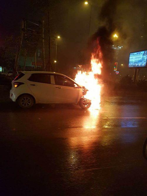 Ô tô bốc cháy dữ dội giữa trời mưa, tài xế may mắn thoát chết - Ảnh 1